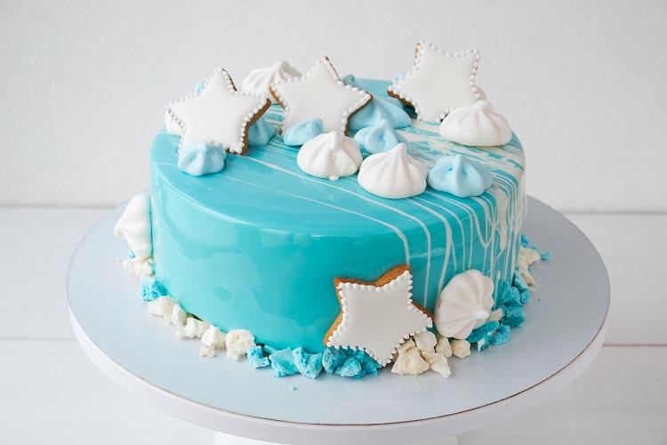 Bolo azul decorado com biscoitos em formato de estrela.