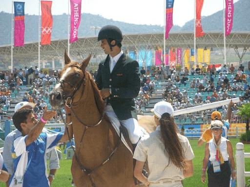 Cavaleiro Rodrigo Pessoa montado no cavalo Baloubet Du Route, que lhe garantiu o ouro nas Olimpíadas de Atenas 2004 na modalidade de salto.