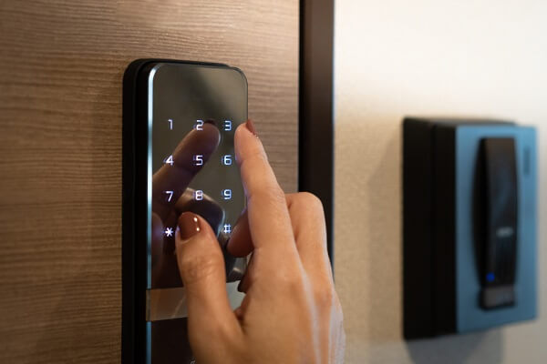 fechaduras digitais intelbras com abertura por senha em teclado touchscreen