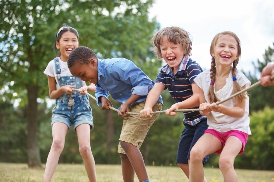 Crianças brincando de cabo de guerra.
