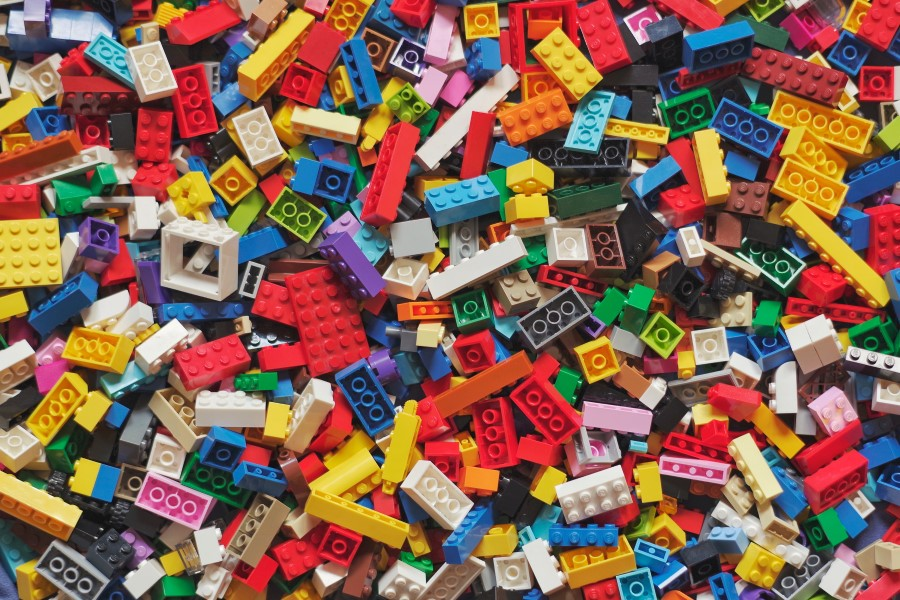 Amontoado de peças de Lego.