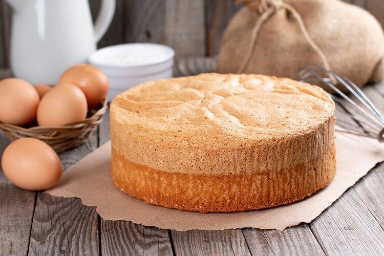 Pão de ló com ingredientes ao fundo.