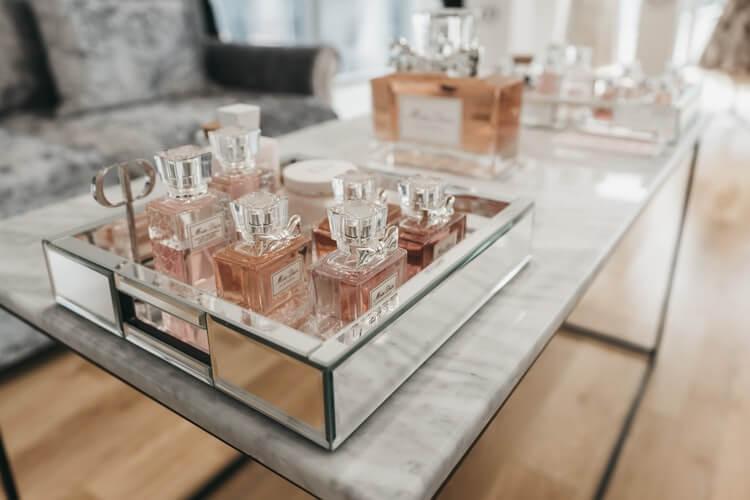 Perfumes suaves dispostos em uma bancada