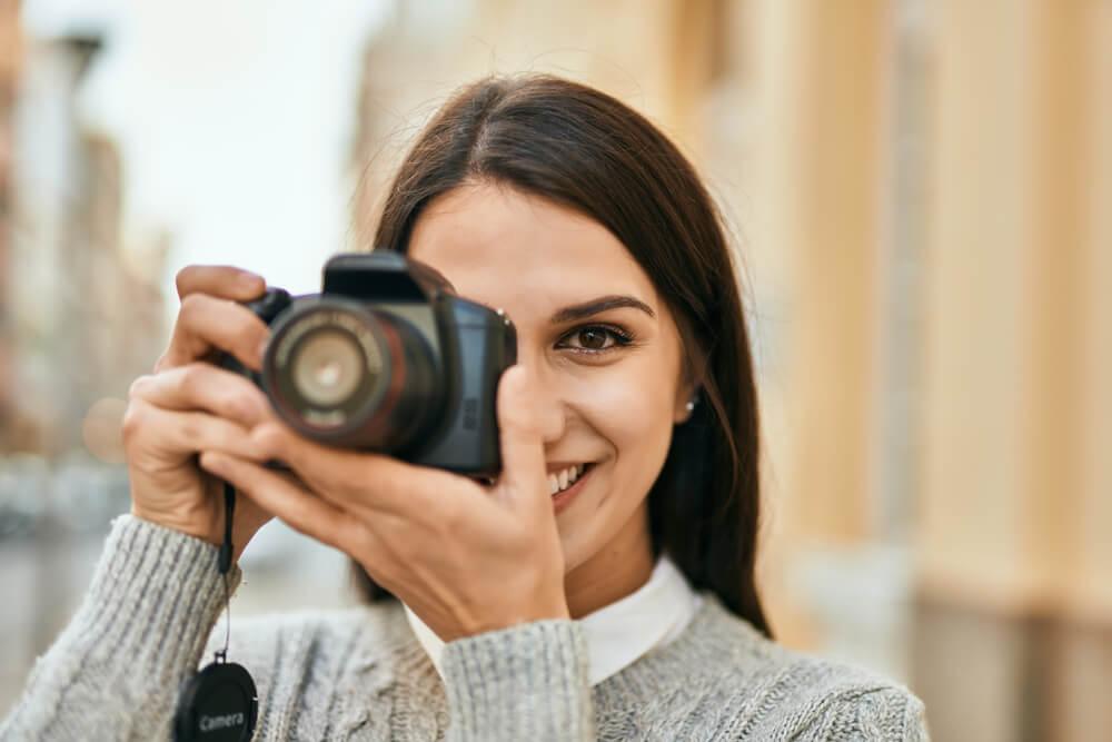 Mulher Segurando Uma Câmera Digital Compacta.