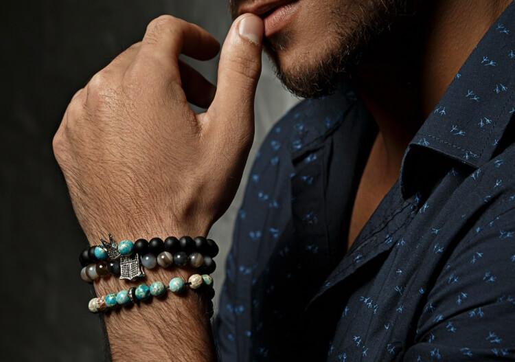 Homem usando pulseira de miçangas