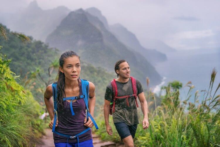 Mulher E Homem Escando Uma Montanha