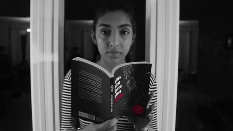 Mulher Segurando Livro Em Preto E Branco