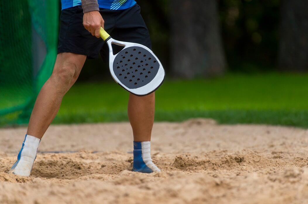 Homem Segurando Raquete Para Beach Tennis