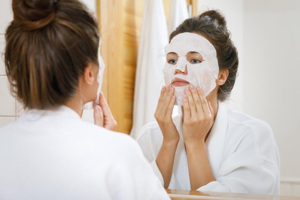 Mulher Aplicando Sheet Mask No Rosto