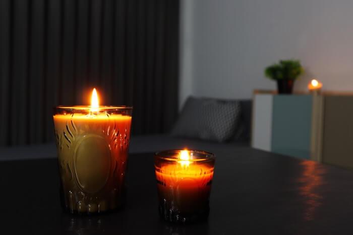 Velas aromáticas iluminando um ambiente