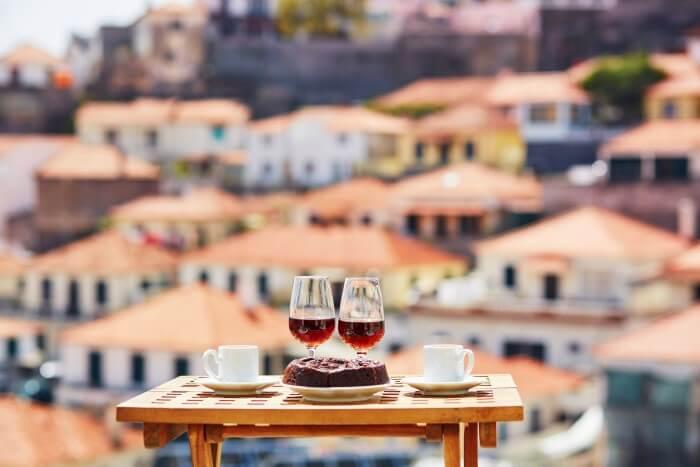 Duas taças com vinhos portugueses