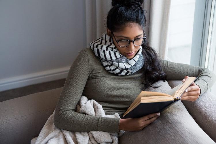Mulher Segurando Livro