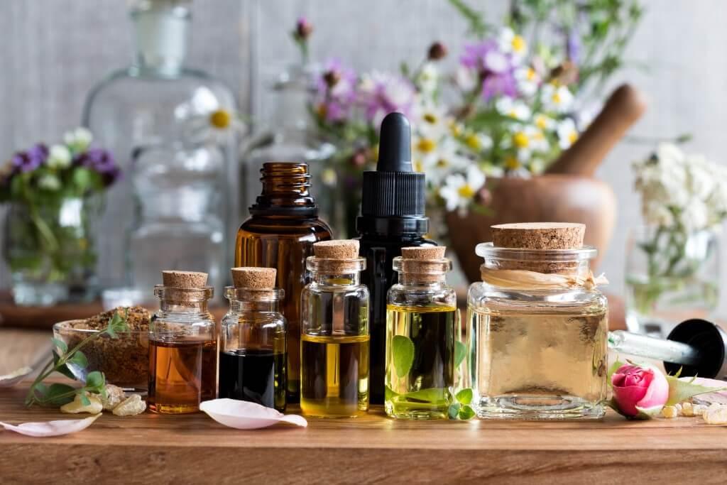 potes com produtos de ervas aromáticas