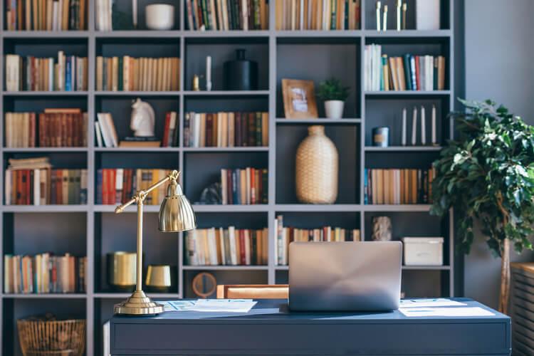 Home Office Com Estante De Livros