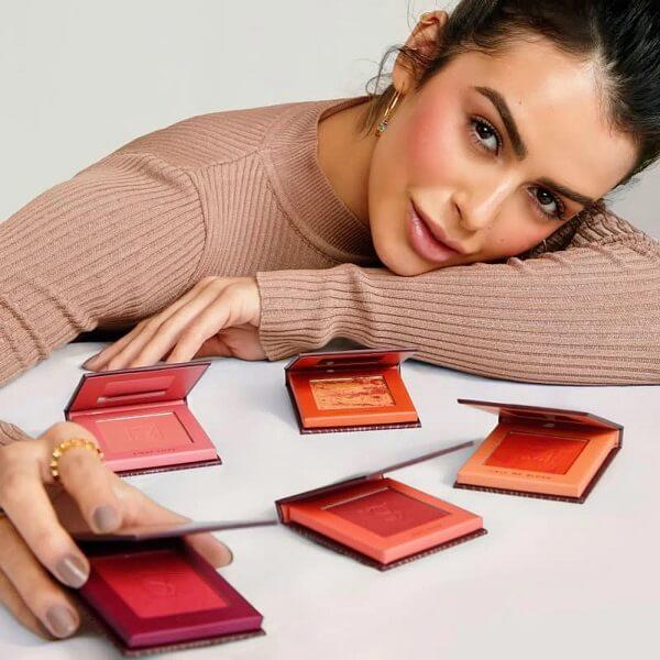 Mariana Saad mostrando as cores do Blush Me, da linha de maquiagens Mariana Saad.