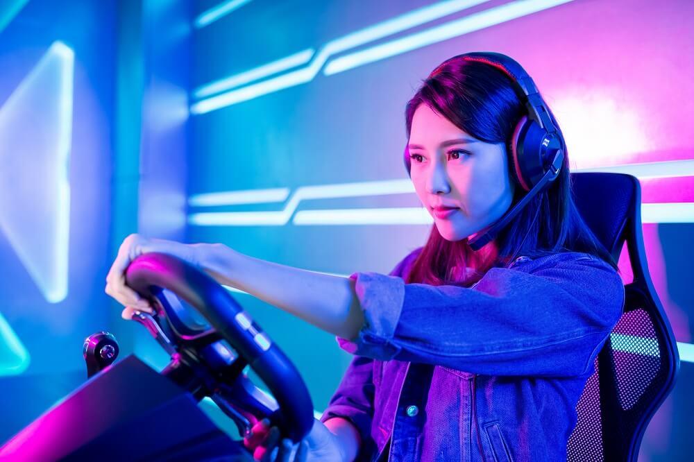Mulher Asiática Jogando Em Volante De Pc