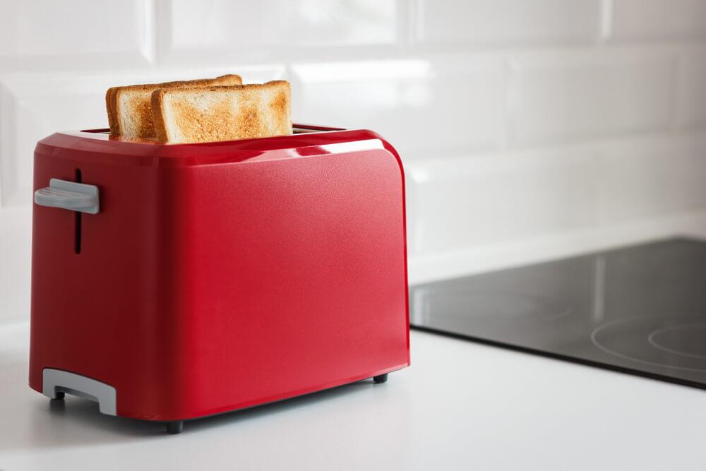 Imagem de uma torradeira vermelha.